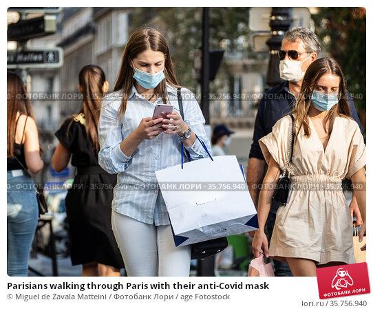 Parisians walking through Paris with their anti-Covid mask. Редакционное фото, фотограф Miguel de Zavala Matteini / age Fotostock / Фотобанк Лори