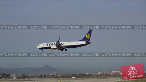 Купить «Passenger airliner Ryanair on final approach to El Prat Airport», видеоролик № 33340448, снято 26 января 2020 г. (c) Яков Филимонов / Фотобанк Лори