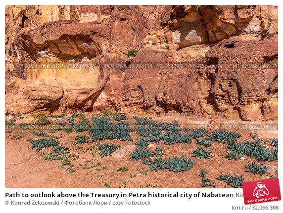 Path to outlook above the Treasury in Petra historical city of Nabatean Kingdom in Jordan. Стоковое фото, фотограф Konrad Zelazowski / easy Fotostock / Фотобанк Лори