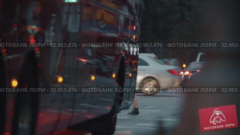 Pedestrians crossing the street, view on rainy evening (2019 год). Редакционное видео, видеограф Данил Руденко / Фотобанк Лори