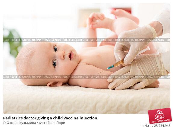 Купить «Pediatrics doctor giving a child vaccine injection», фото № 25734948, снято 3 марта 2017 г. (c) Оксана Кузьмина / Фотобанк Лори