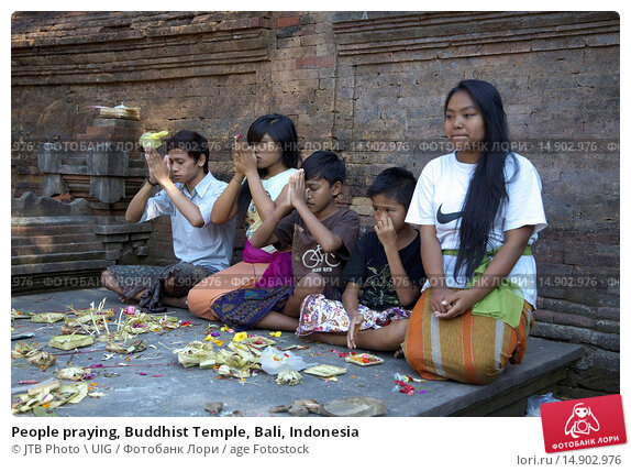 Купить «People praying, Buddhist Temple, Bali, Indonesia», фото № 14902976, снято 20 июня 2018 г. (c) age Fotostock / Фотобанк Лори