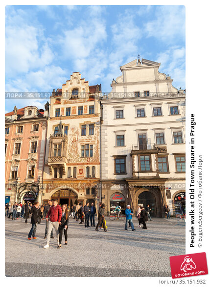 People walk at Old Town Square in Prague (2017 год). Редакционное фото, фотограф EugeneSergeev / Фотобанк Лори