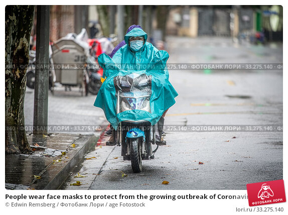 People wear face masks to protect from the growing outbreak of Coronavirus, Shanghai, China. (2020 год). Редакционное фото, фотограф Edwin Remsberg / age Fotostock / Фотобанк Лори