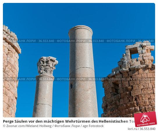 Perge Säulen vor den mächtigen Wehrtürmen des Hellenistischen Tores. Стоковое фото, фотограф Zoonar.com/Wieland Hollweg / age Fotostock / Фотобанк Лори