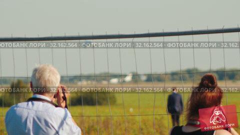 Купить «Photographers taking a shot of the airplanes», видеоролик № 32162564, снято 18 сентября 2019 г. (c) Константин Шишкин / Фотобанк Лори