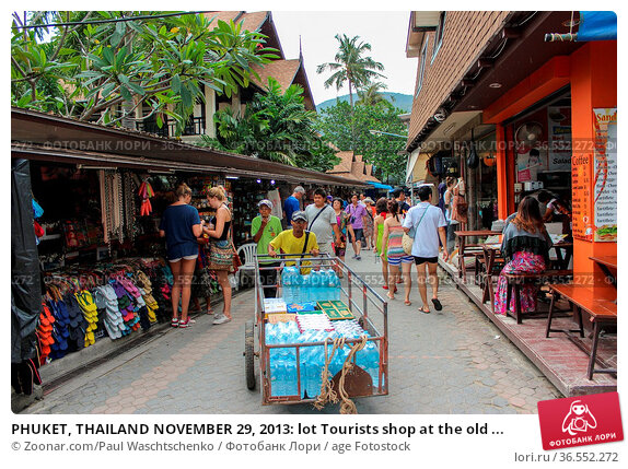 PHUKET, THAILAND NOVEMBER 29, 2013: lot Tourists shop at the old ... Стоковое фото, фотограф Zoonar.com/Paul Waschtschenko / age Fotostock / Фотобанк Лори