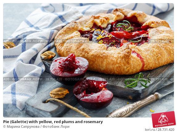 Купить «Pie (Galette) with yellow, red plums and rosemary», фото № 28731420, снято 29 июня 2018 г. (c) Марина Сапрунова / Фотобанк Лори