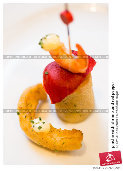 Купить «pincho with shrimp and red pepper», фото № 29920208, снято 9 июня 2017 г. (c) Татьяна Яцевич / Фотобанк Лори