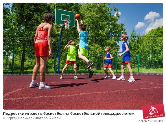 Подростки играют в баскетбол на баскетбольной площадке летом, фото № 9105444, снято 3 июня 2015 г. (c) Сергей Новиков / Фотобанк Лори