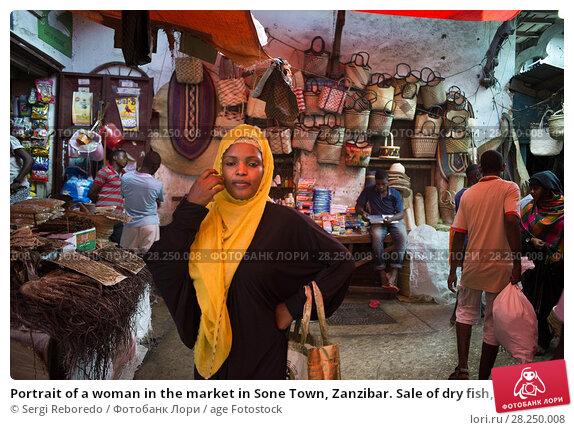 Купить «Portrait of a woman in the market in Sone Town, Zanzibar. Sale of dry fish, wicker baskets and ohter different items in the Stone Town market, Zanzibar island, Tanzania.», фото № 28250008, снято 10 января 2018 г. (c) age Fotostock / Фотобанк Лори