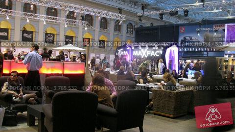 Купить «Посетители отдыхают в баре на VOLVO - Неделя моды, таймлапс», видеоролик № 3785532, снято 26 апреля 2012 г. (c) Losevsky Pavel / Фотобанк Лори