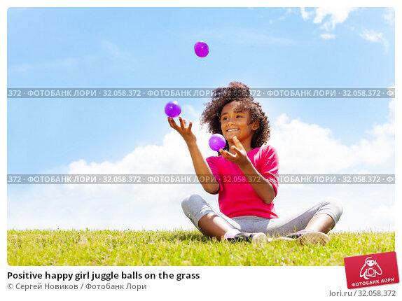 Positive happy girl juggle balls on the grass. Стоковое фото, фотограф Сергей Новиков / Фотобанк Лори