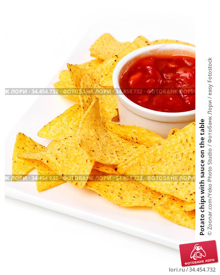 Potato chips with sauce on the table. Стоковое фото, фотограф Zoonar.com/Yeko Photo Studio / easy Fotostock / Фотобанк Лори