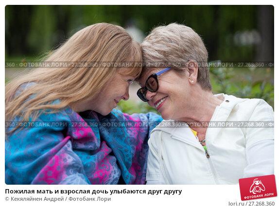 Купить «Пожилая мать и взрослая дочь улыбаются друг другу», фото № 27268360, снято 8 июня 2017 г. (c) Кекяляйнен Андрей / Фотобанк Лори