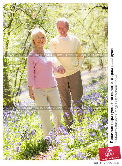 Купить «Пожилая пара гуляет по поляне, держась за руки», фото № 3055632, снято 1 мая 2007 г. (c) Monkey Business Images / Фотобанк Лори