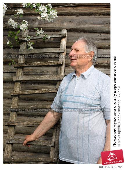Пожилой мужчина стоит у деревянной стены, фото № 319788, снято 17 мая 2008 г. (c) Майя Крученкова / Фотобанк Лори