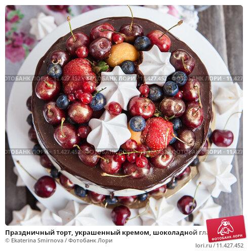 Украсить торт фруктами и конфетами