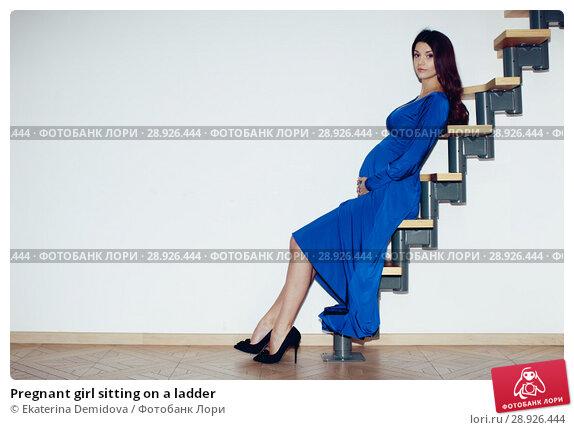 Купить «Pregnant girl sitting on a ladder», фото № 28926444, снято 4 сентября 2015 г. (c) Ekaterina Demidova / Фотобанк Лори