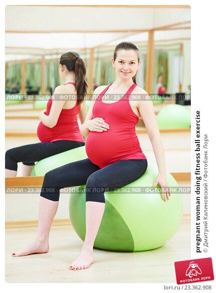 Купить «pregnant woman doing fitness ball exercise», фото № 23362908, снято 3 ноября 2015 г. (c) Дмитрий Калиновский / Фотобанк Лори