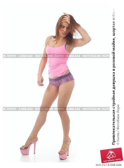 Привлекательная стройная девушка в розовой майке, шортах и ...: http://lori.ru/4068644