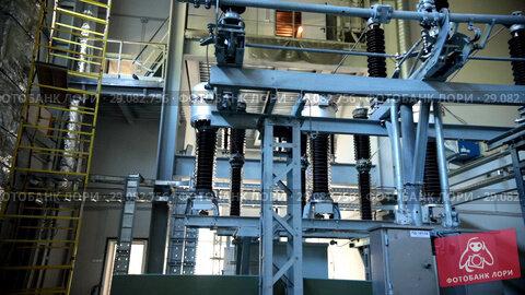 Купить «Production. Powerful iron equipment. Excursion to the production. Raised floor», видеоролик № 29082756, снято 21 сентября 2018 г. (c) Константин Шишкин / Фотобанк Лори