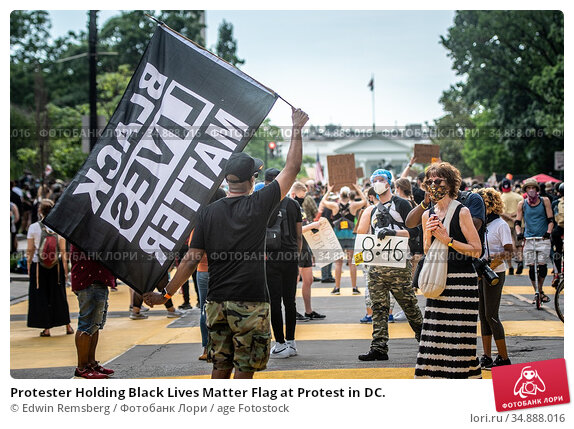 Protester Holding Black Lives Matter Flag at Protest in DC. Редакционное фото, фотограф Edwin Remsberg / age Fotostock / Фотобанк Лори