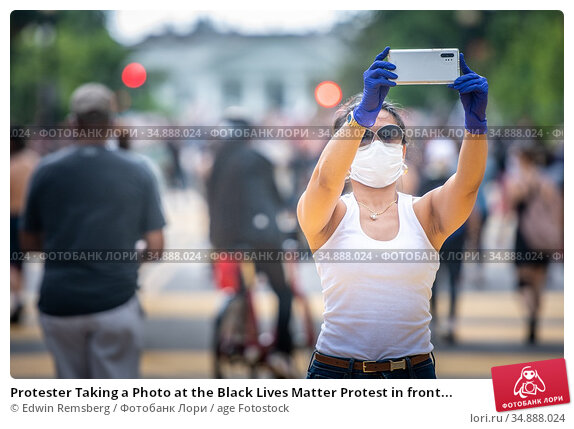 Protester Taking a Photo at the Black Lives Matter Protest in front... Редакционное фото, фотограф Edwin Remsberg / age Fotostock / Фотобанк Лори