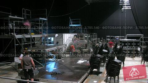 Купить «Рабочие демонтируют оборудование после парада моделей, таймлапс», видеоролик № 3785540, снято 26 апреля 2012 г. (c) Losevsky Pavel / Фотобанк Лори