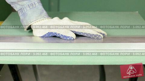 Купить «Рабочий отламывает кусок гипсокартона», видеоролик № 3092468, снято 28 декабря 2011 г. (c) Дмитрий Наумов / Фотобанк Лори