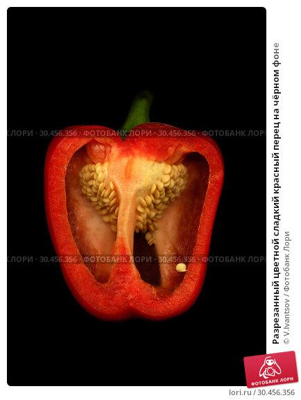 Разрезанный цветной сладкий красный перец на чёрном фоне. Стоковое фото, фотограф V.Ivantsov / Фотобанк Лори