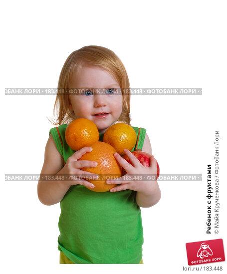 Купить «Ребенок с фруктами», фото № 183448, снято 20 декабря 2007 г. (c) Майя Крученкова / Фотобанк Лори