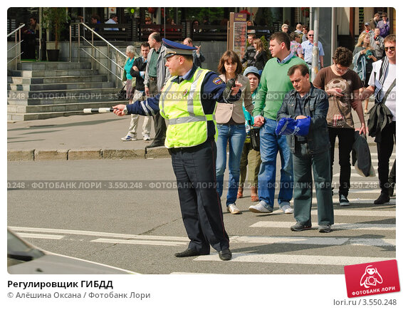 Регулировщик ГИБДД, эксклюзивное фото № 3550248, снято 6 мая 2012 г. (c) Алёшина Оксана / Фотобанк Лори