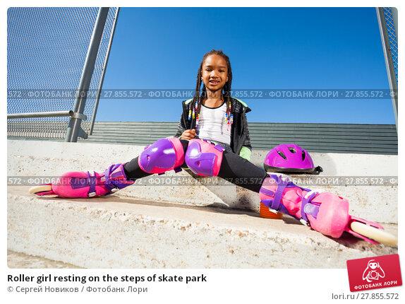 Купить «Roller girl resting on the steps of skate park», фото № 27855572, снято 14 октября 2017 г. (c) Сергей Новиков / Фотобанк Лори