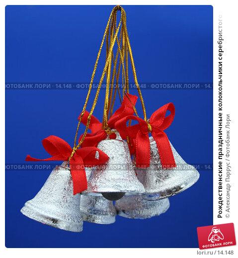 Рождественские праздничные колокольчики серебристого цвета  с красными бантиками на синем, фото № 14148, снято 24 ноября 2006 г. (c) Александр Паррус / Фотобанк Лори