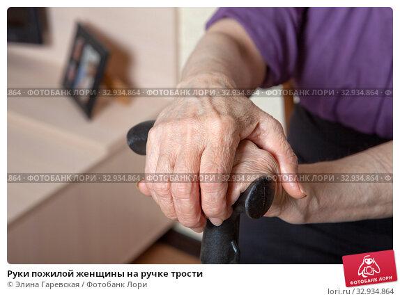 Купить «Руки пожилой женщины на ручке трости», фото № 32934864, снято 13 января 2020 г. (c) Элина Гаревская / Фотобанк Лори