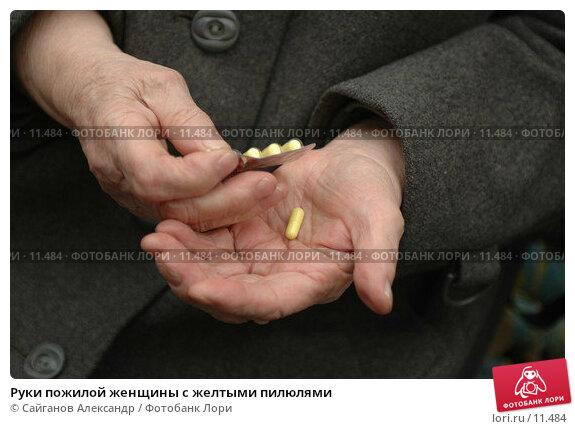 Руки пожилой женщины с желтыми пилюлями, фото № 11484, снято 22 октября 2006 г. (c) Сайганов Александр / Фотобанк Лори