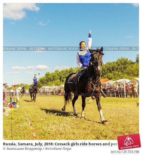 Купить «Russia, Samara, July, 2018: Cossack girls ride horses and perform tricks.», фото № 29723196, снято 29 июля 2018 г. (c) Акиньшин Владимир / Фотобанк Лори