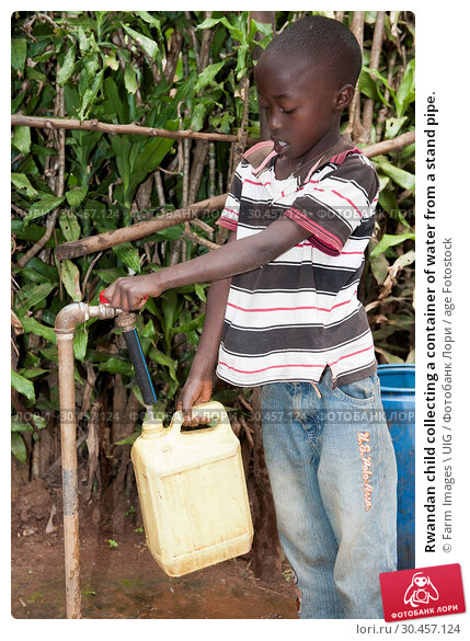 Rwandan child collecting a container of water from a stand pipe. Стоковое фото, фотограф Farm Images \ UIG / age Fotostock / Фотобанк Лори