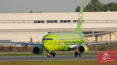 Купить «S7 Boeing 737 turn runway before departure», видеоролик № 34126988, снято 17 июня 2020 г. (c) Игорь Жоров / Фотобанк Лори