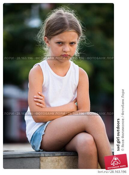Купить «sad girl outdoors», фото № 28163196, снято 18 ноября 2018 г. (c) Яков Филимонов / Фотобанк Лори