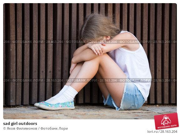 Купить «sad girl outdoors», фото № 28163204, снято 18 ноября 2018 г. (c) Яков Филимонов / Фотобанк Лори