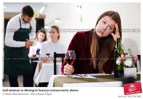 Sad woman is dining in luxury restaurante alone. Стоковое фото, фотограф Яков Филимонов / Фотобанк Лори