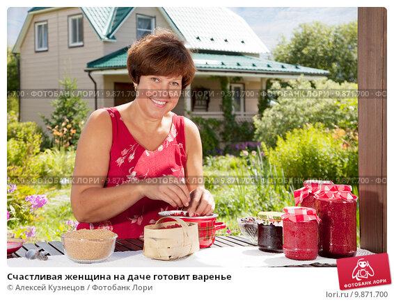 Купить «Счастливая женщина на даче готовит варенье», фото № 9871700, снято 1 августа 2015 г. (c) Алексей Кузнецов / Фотобанк Лори
