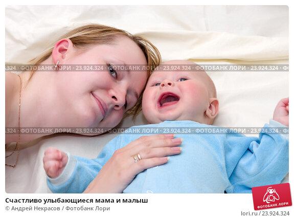 Купить «Счастливо улыбающиеся мама и малыш», фото № 23924324, снято 21 марта 2015 г. (c) Андрей Некрасов / Фотобанк Лори