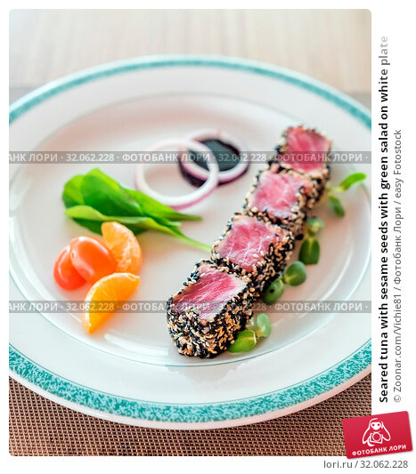 Seared tuna with sesame seeds with green salad on white plate. Стоковое фото, фотограф Zoonar.com/Vichie81 / easy Fotostock / Фотобанк Лори