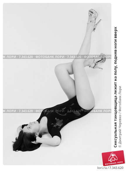 танцовщица задрала ногу фото