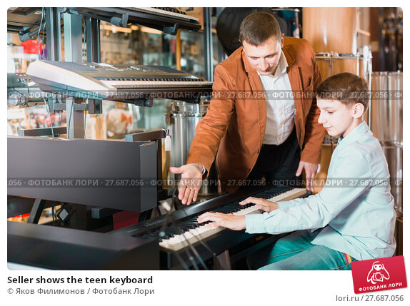 Купить «Seller shows the teen keyboard», фото № 27687056, снято 29 марта 2017 г. (c) Яков Филимонов / Фотобанк Лори