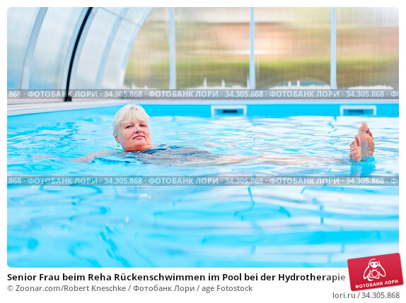 Senior Frau beim Reha Rückenschwimmen im Pool bei der Hydrotherapie. Стоковое фото, фотограф Zoonar.com/Robert Kneschke / age Fotostock / Фотобанк Лори