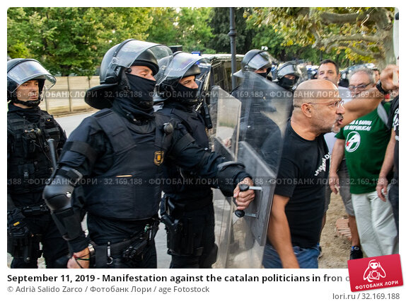 Купить «September 11, 2019 - Manifestation against the catalan politicians in fron of the Catalonia Parliament in Barcelona.», фото № 32169188, снято 11 сентября 2019 г. (c) age Fotostock / Фотобанк Лори
